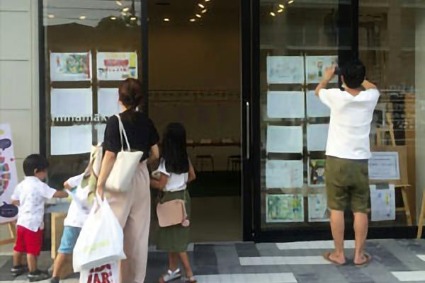 平成28年8月 さち小2年生が描いた「まち探検」の絵・作文をみなまきラボに展示しました。
