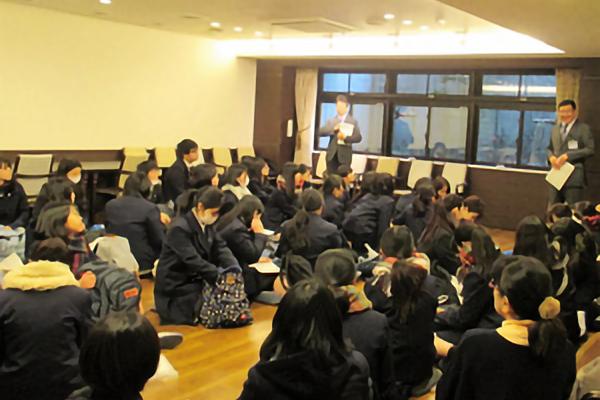 平成30年2月22日(木)二俣川看護福祉高校の生徒が授業の中で南万騎が原駅周辺の見学を行いました
