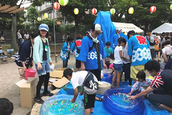 平成29年7月22日 昨年に引き続き、南まきが原自治会の夏祭りに緑園高校の生徒が参加しました